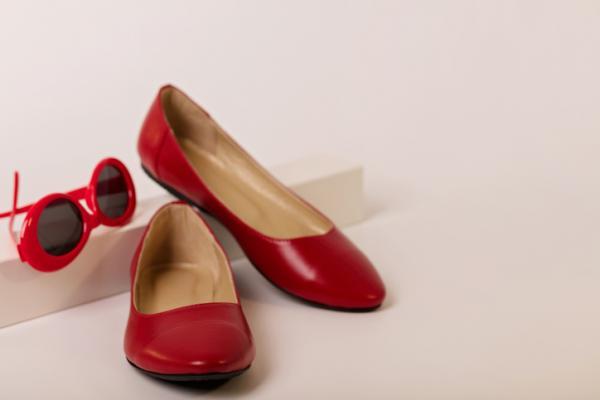 10 formas para combinar zapatos planos - Lleva deportivas con estilo