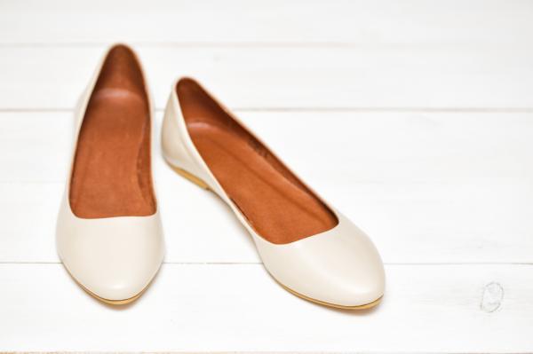 10 formas para combinar zapatos planos - Vestido de novia y bailarinas