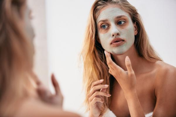 Por qué salen granos en la cara - Cómo eliminar los granos de la cara con remedios caseros