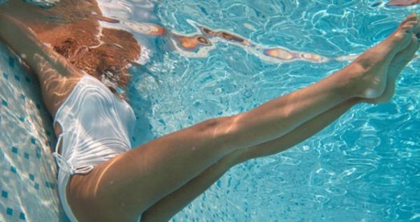 7 ejercicios en la piscina para adelgazar - 3 ejercicios en piscina para abdominales