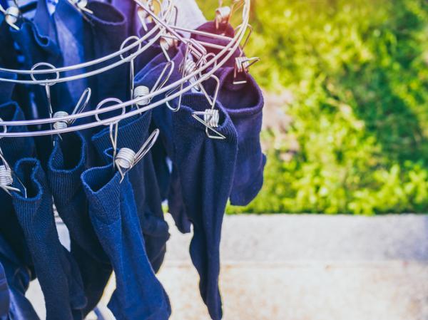 Cómo lavar la ropa negra para que no pierda color - Consejos para secar la ropa oscura o negra para evitar que pierda color