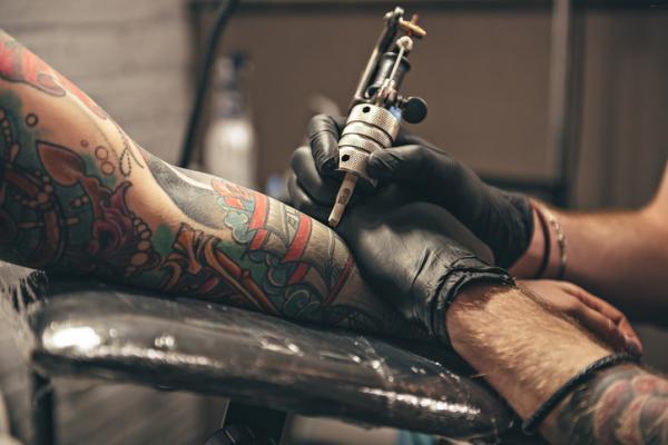 Cómo evitar que un tatuaje se infecte - Mi tatuaje se está pelando, ¿puede infectarse?