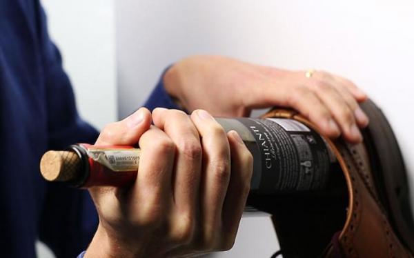 Cómo abrir una botella de vino sin sacacorchos - Cómo abrir una botella de vino con un zapato