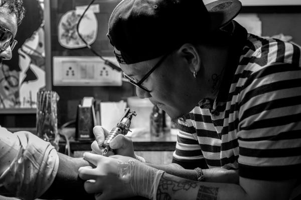 Por qué mi tatuaje negro se ve azul - Soluciones para un tatuaje negro que se ve azul