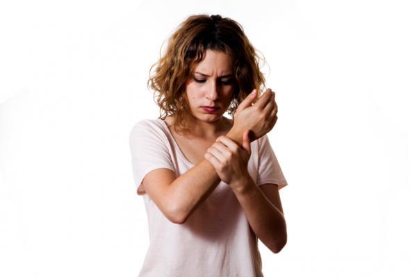 Por qué dan calambres en las manos - Hormigueo en las manos y dedos por el síndrome del túnel carpiano
