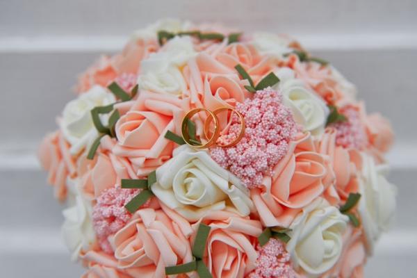 Cómo llevar los anillos de boda al altar - Quién lleva los anillos en una boda civil o religiosa