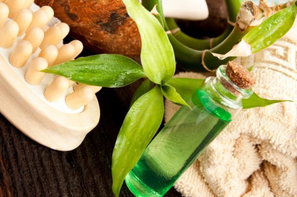 Cómo quitar manchas blancas en las uñas - Aceite de árbol de té para las uñas