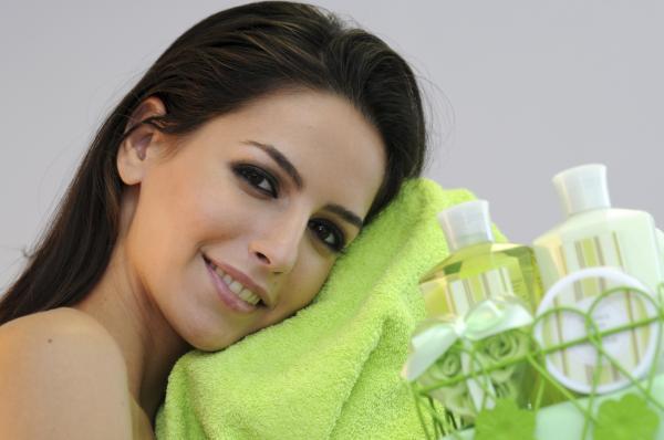 Aceite de menta para el cabello: beneficios y cómo aplicarlo - Enjuague con aceite esencial de menta para el pelo