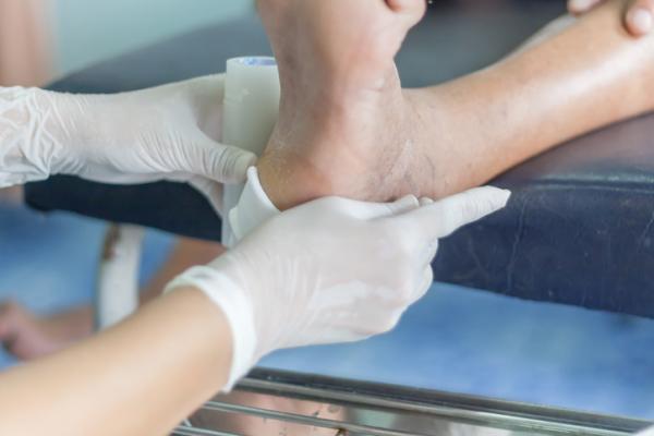 Cómo curar una herida de clavo en el pie