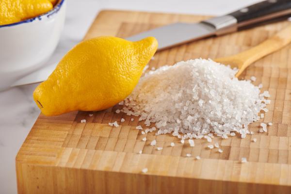 ¿Es malo comer limón con sal?