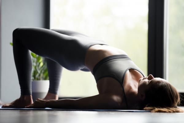 10 ejercicios para los isquiotibiales - Elevación de pelvis o puente isométrico con rodillas flexionadas