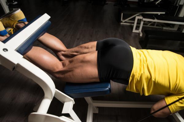 10 ejercicios para los isquiotibiales - Curl femoral boca abajo en máquina