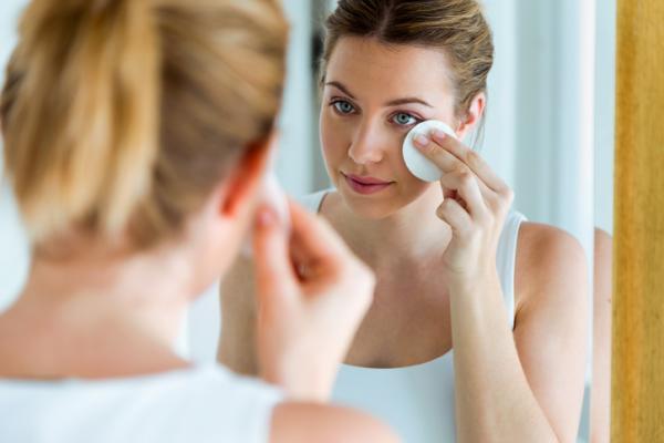 Agua de rosas para la cara: beneficios y cómo se aplica - Cómo se aplica el agua de rosas para la cara