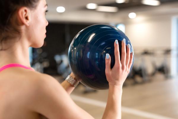 Cómo endurecer los senos - Cómo levantar los senos con ejercicios de pelota