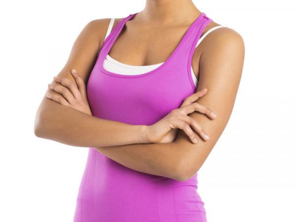 Cómo endurecer los senos - Ejercicio de los brazos cruzados