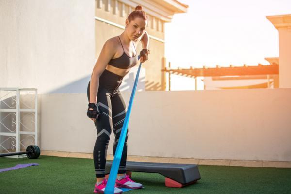 14 ejercicios de flexibilidad - Flexiones de bíceps con bandas elásticas