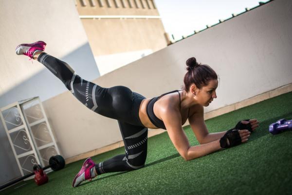 14 ejercicios de flexibilidad - Patada de glúteos