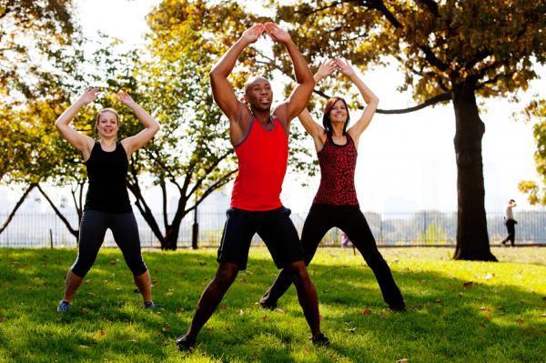 Cómo tonificar los glúteos - Tonificar glúteos y piernas con jumping jacks
