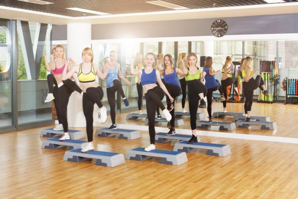 10 ejercicios para glúteos y abdomen - Steps para fortalecer los glúteos