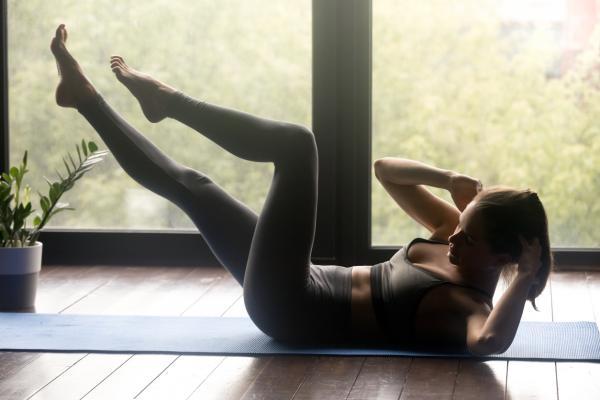 10 ejercicios para glúteos y abdomen - Abdominales en bicicleta