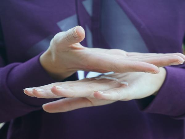 Cómo quitar pegamento de las manos - Cómo quitar pegamento seco de las manos con vaselina