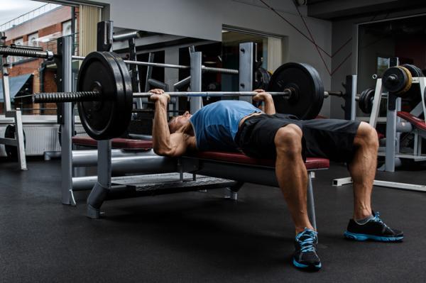 Rutina de ejercicios para aumentar masa muscular en el gimnasio - Ejercicios para ganar masa muscular en casa: press de pecho y hombros