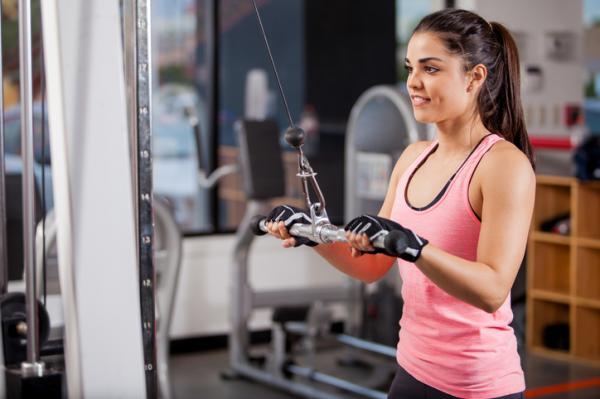 Rutina de ejercicios para aumentar masa muscular en el gimnasio - Face pull para aumentar tu fuerza y ganar masa muscular