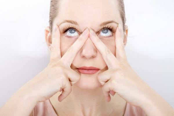 7 ejercicios de yoga facial - La V, un ejercicio de yoga facial para rejuvenecer los ojos