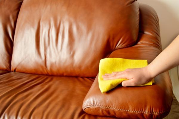 Cómo limpiar con bicarbonato y vinagre - Limpiar la tapicería con vinagre y bicarbonato