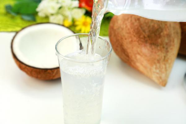 +13 bebidas para adelgazar - Agua de coco