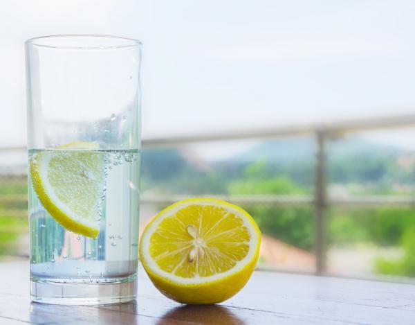 +13 bebidas para adelgazar - Agua con limón