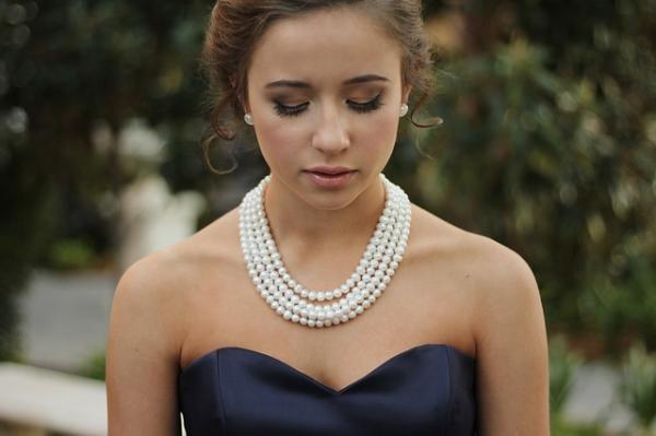 Qué collar usar según el escote del vestido - Collares para escote sptrapless o Bardot