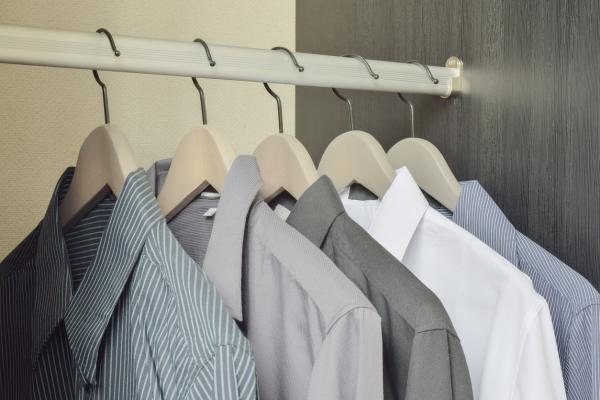 Cómo organizar un armario pequeño con mucha ropa - Cuelga, no dobles