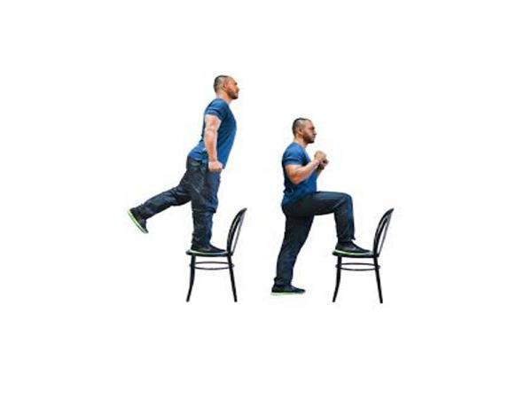 Ejercicios para piernas y glúteos en casa - Ejercicios con silla: cohete