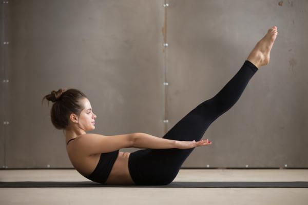 10 Ejercicios para tonificar el abdomen - Tonificar el abdomen con elevación de piernas extendidas