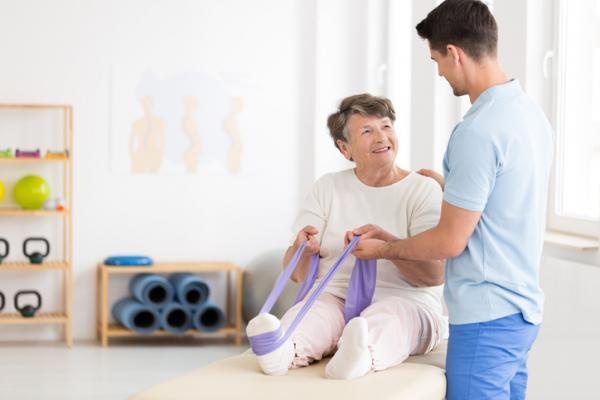 7 ejercicios para el dolor de rodilla - Flexión de rodilla con apoyo en la pared