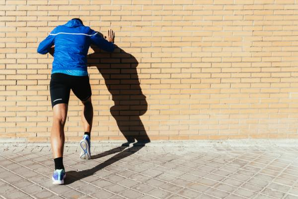 7 ejercicios para el dolor de rodilla - Estiramiento de rodilla en la pared