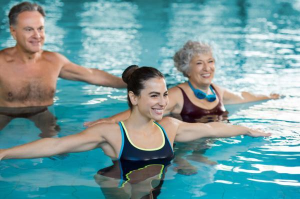 7 ejercicios para el dolor de rodilla - Natación y gimnasia acuática
