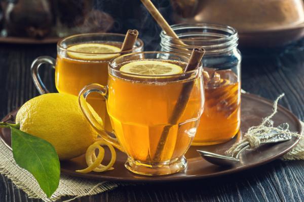 Agua con limón y miel: propiedades, beneficios y cómo tomarla - Cómo tomar agua con limón y miel