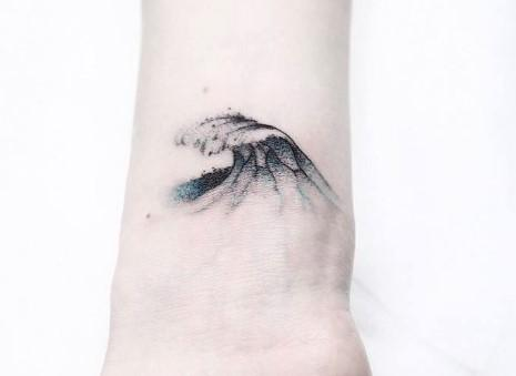 Cuál es el significado del tatuaje de una ola - Un tatuaje de olas con significado de paz y calma