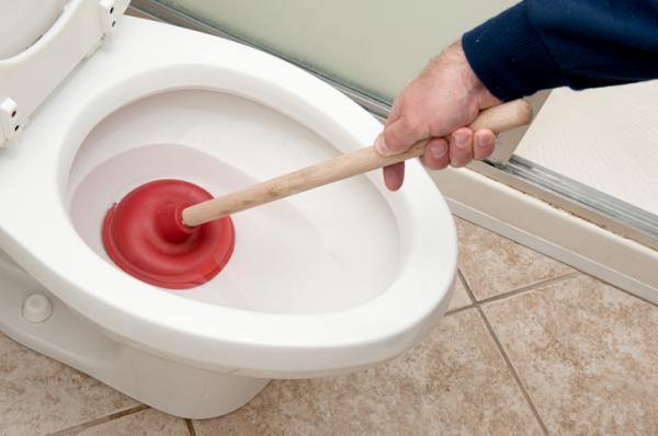Cómo destapar un inodoro muy tapado - Cómo desatascar el WC por un objeto con un destascador