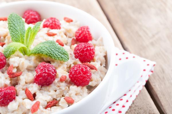 Cómo preparar avena para ganar masa muscular - Desayuno de bol de avena con bayas para ganar masa muscular