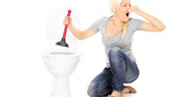Cómo destapar un inodoro muy tapado