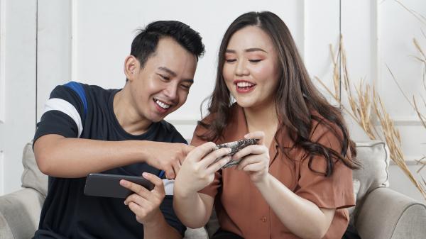 Juegos para parejas divertidos - Quién ríe primero