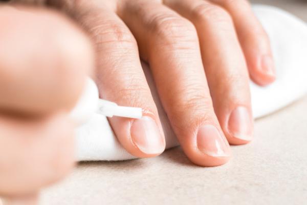 Cómo fortalecer las uñas después de quitarme las de gel - Usa aceite para las cutículas