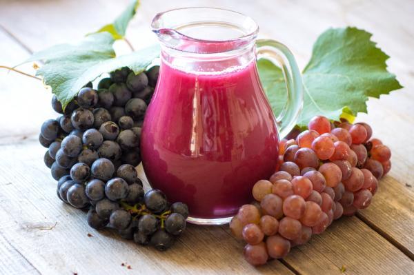 Los mejores jugos para la piel seca - muy hidratantes y nutritivos - Jugo de manzana, uvas y limón para pieles resecas