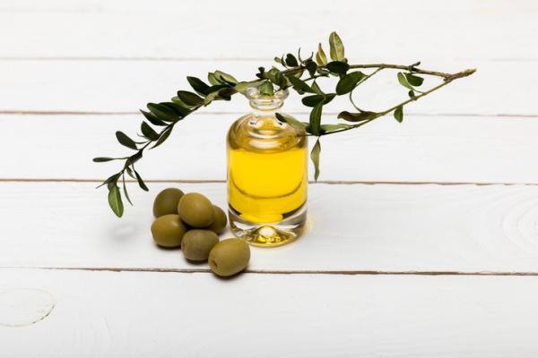 Remedios caseros para los labios cortados - los más efectivos - Aceite de oliva para los labios cortados