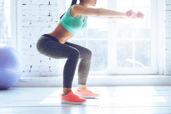 Cómo aumentar la masa muscular en mujeres - Ejercicios para aumentar piernas: sentadilla con pesas