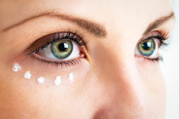 Cómo eliminar las líneas de expresión bajo los ojos - Hidrata tu piel para prevenir y eliminar las líneas de expresión bajo los ojos
