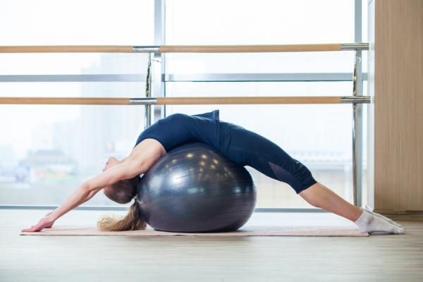 Ejercicios para abdominales con pelota grande - Estirarse de espaldas sobre una pelota grande